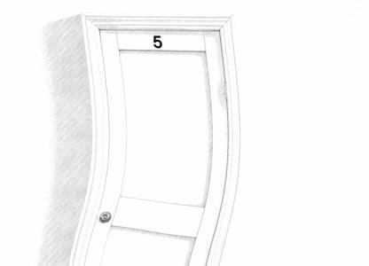 Zniekształcone drzwi z numerem 5