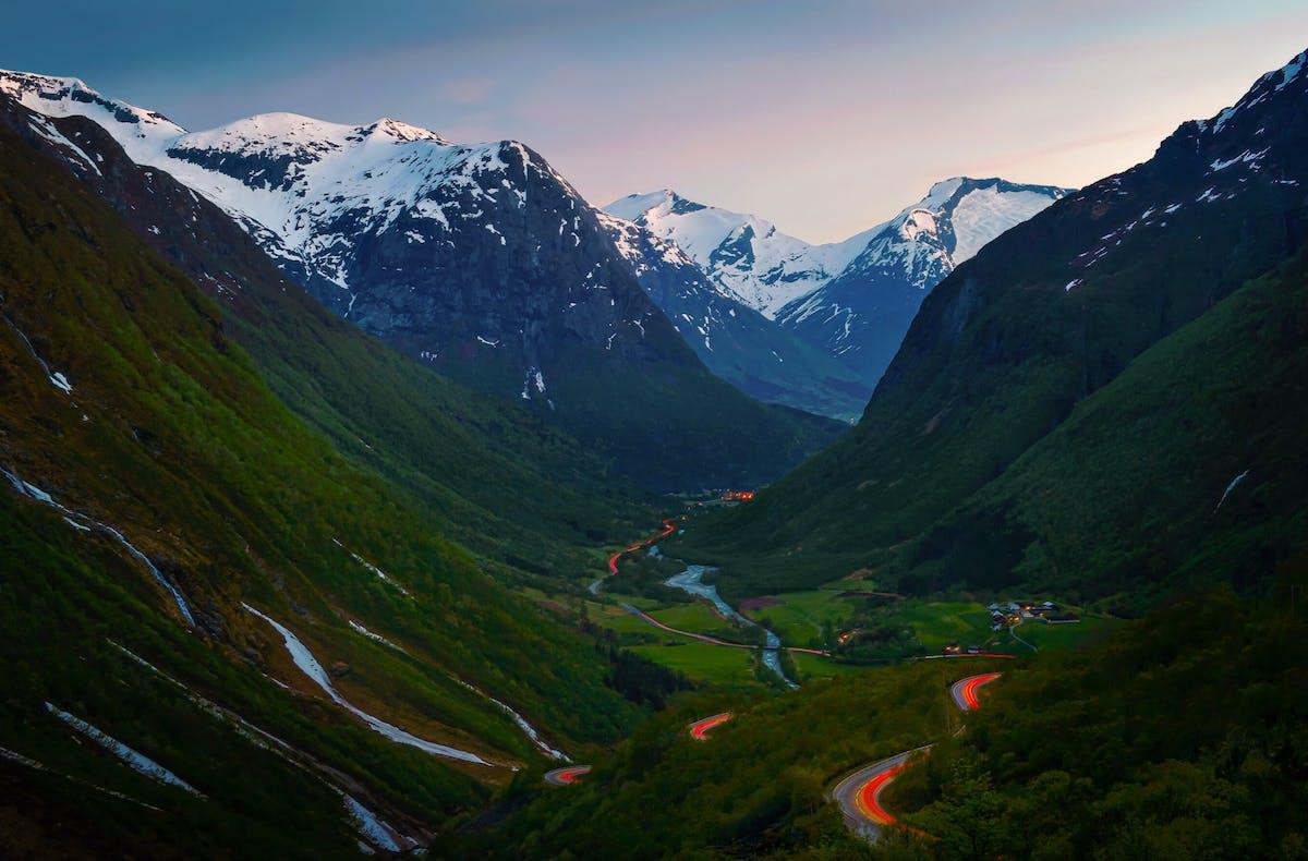 Snirklende bilveg mellom fjell og daler