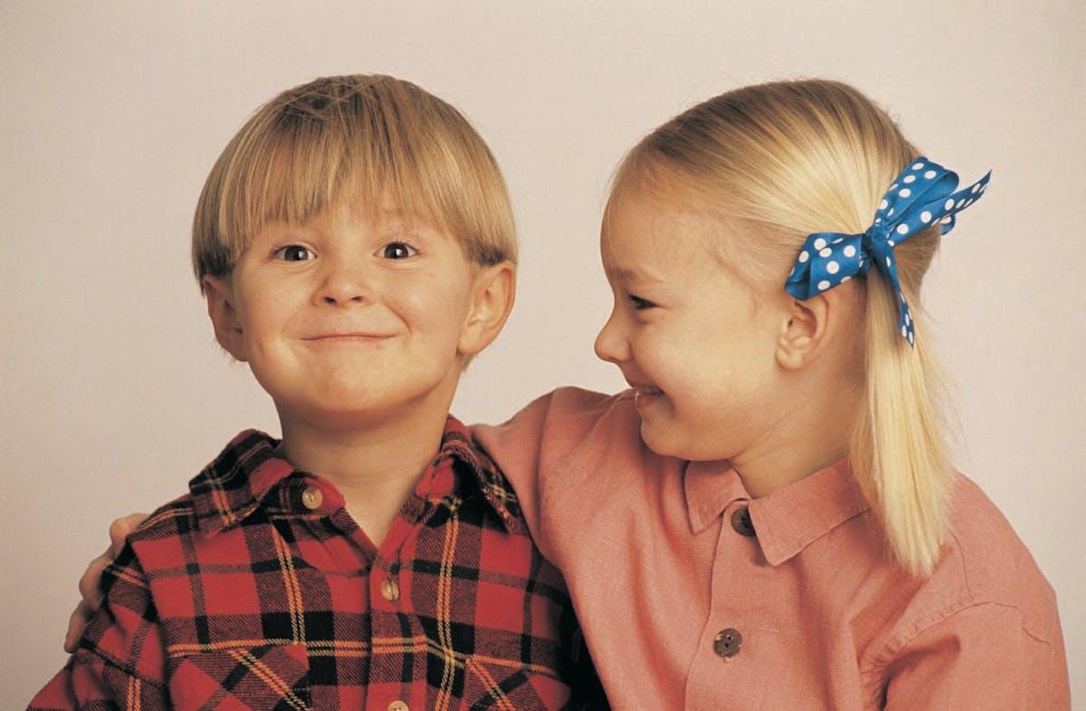 Glade barn som holder om hverandre
