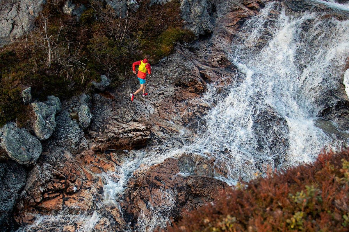 en person som løper ved siden av en elv