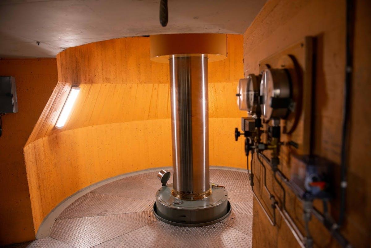 Akslingen i rommet mellom turbinen og generatoren i Ustekveikja Kraftverk