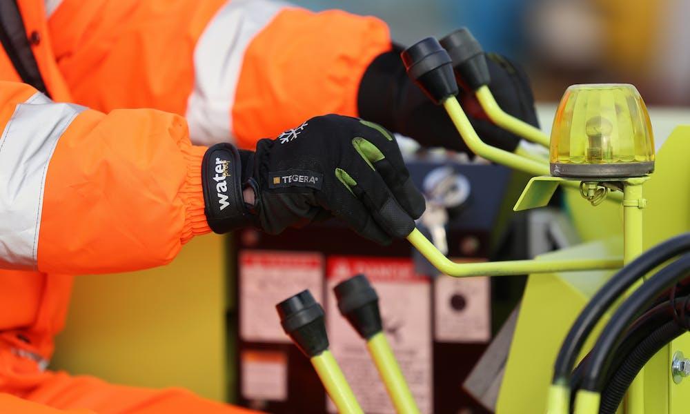 AMC crane hire contract lifting