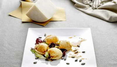 ravioli di brigante con insalatina e semi di zucca