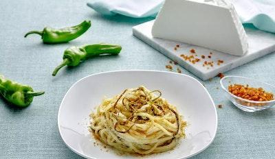 Spaghetti con ricotta friggitelli e bottarga