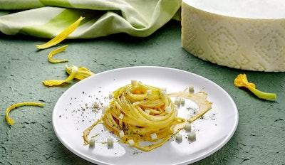 spaghetti con crema di zucca e dadini di pecorino romano