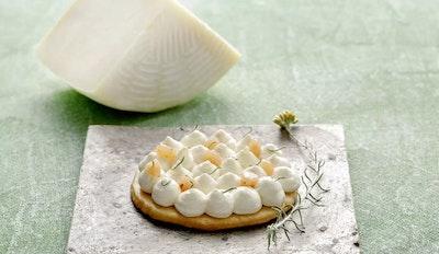 Tart di frolla con crema al formaggio e gelatina di pere ed elicriso