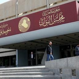 عراقیها خارج از ساختمان مجلس عراق در منطقه سبز بغداد، ۸ اسفند ۱۳۹۸/ ۲۷ فوریه ۲۰۲۰ (عکس از گتی ایمیجز)