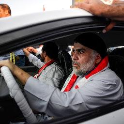 رجل الدين العراقي مقتدى الصدر يقود سيارة أثناء مشاركته في تجمع للمتظاهرين مناهضين للحكومة في مدينة النجف الأشرف ، 29 أكتوبر/تشرين الاول 2019 (الصورة عبر غيتي إمياجز)