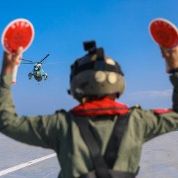 """فرود هلیکوپتر نظامی ایران بر ناوبندر مکران طی رزمایش دریایی """"اقتدار-۹۹"""" در دریای عمان، ۲۵ دی ۱۳۹۹/ ۱۴ ژانویه ۲۰۲۱ (عکس از گتی ایمیجز)"""