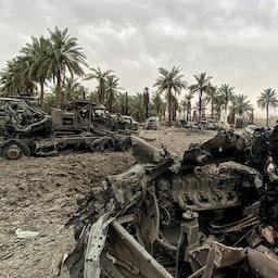 آليات عسكرية مدمرة في أعقاب ضربات جوية أمريكية على منطقة جرف الصخر بالعراق في 13 مارس/آذار 2020 (الصورة عبر غيتي إيماجز)