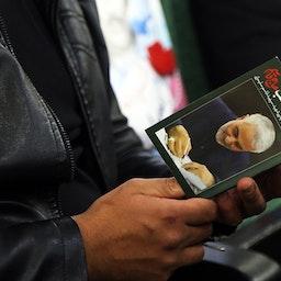 مردی که وصیتنامه سلیمانی را در نخستین سالگرد ترور او در دست دارد. سنندج، ایران. ۱۹ دی ۱۳۹۹. (عکس از خبرگزاری فارس)