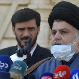 روحانی عراقی مقتدی الصدر در حال سخنرانی در مورد حمایتش از انتخابات پیش از موعد تحت نظارت سازمان ملل، ۲۲ بهمن ۱۳۹۹/ ۱۰ فوریه ۲۰۲۱ (عکس از گتی ایمیجز)