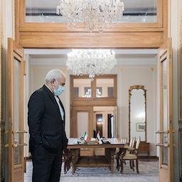 محمد جواد ظریف وزیر خارجه ایران در محل ساختمان وزارت خارجه. تهران، ایران. ۱۷ آذرماه ۱۳۹۹ (عکس از عرفان کوچاری / خبرگزاری تسنیم).