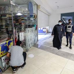 نظارت پلیس بر رعایت محدودیتهای کووید-۱۹؛ کویت، ۲۲ بهمن/ ۱۰ فوریه (عکس از گتی ایمیجز)
