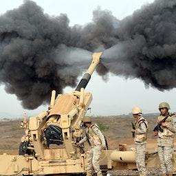 شلیک نیروهای سعودی به سمت یمن،  مرز این دو کشور؛ جنوب غربی عربستان، ۲۴ فروردین ۱۳۹۴/ ۱۳ آوریل ۲۰۱۵ (عکس از گتی ایمیجز)