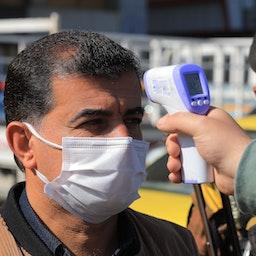 تب سنجی مردم توسط مقامات درمانی در بغداد، عراق، ۴ اسفند ۱۳۹۹/ ۲۲ فوریه ۲۰۲۱ (عکس از گتی ایمیجز)