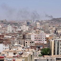 از مواضع حوثیها در حوالی شهر مأرب دود بلند میشود. یمن، ۲۹ شهریور ۱۳۹۳/ ۲۰ سپتامبر ۲۰۱۴ (عکس از گتی ایمیجز)