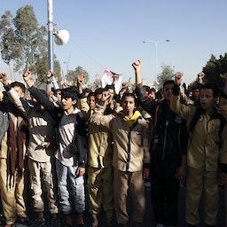 تظاهرات حامیان حوثیها در نزدیکی ساختمان سفارت تعطیلشده آمریکا در صنعا، ۲۹ دی ۱۳۹۹/ ۱۸ ژانویه ۲۰۲۱ (عکس از گتی ایمیجز)