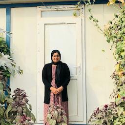 باکیزا صالح پنجاه ساله، یکی از بازماندگان اقلیت ایزدی، ساکن در اردوگاه مام رشان، بخش شیخان، نینوا، عراق، اسفند ۱۳۹۹/ مارس ۲۰۲۱ (منبع: امواج.میدیا)