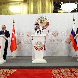 وزراء خارجية قطر (وسط) وروسيا (يمين) وتركيا (يسار) يعقدون مؤتمرًا صحفيًا مشتركًا عقب محادثات الدوحة، في 11 مارس/آذار 2021. (الصورة عبر غيتي إيماجز)