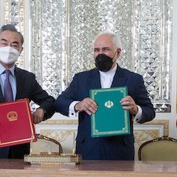 وزیر امور خارجه ایران (راست) و همتای چینی او جلوی دوربینها پس از امضاء توافق همکاری ۲۵-ساله در تهران. (عکس از محمدرضا عباسی از خبرگزاری مهر)