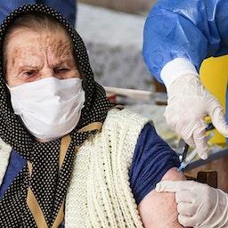 امرأة إيرانية مسنة تتلقى جرعة لقاح. أرومية، إيران، في 18 مارس/آذار 2021 (تصوير مجتبى اسماعيل زاد عبر وكالة تسنيم للأنباء)