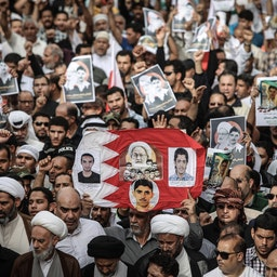 حضور مردم بحرین در تظاهرات ضد دولتی در منامه؛ بحرین، ۵ فروردین۱۳۹۶/ ۲۵ مارس ۲۰۱۷ (عکس از گتی ایمیجز)