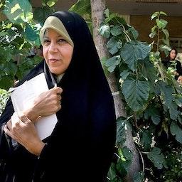 فائزه هاشمی ایستاده در بیرون از دادگاه. تهران، ایران.  ۱۶ مرداد ۱۳۹۲. (عکس از محمدعلی مریزاد / خبرگزاری تسنیم)
