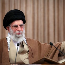 المرشد الأعلى الإيراني علي خامنئي يلقي كلمة في قمة افتراضية في طهران، ايران في 14 أبريل/نيسان 2021. (الصورة من موقع المرشد الإيراني)