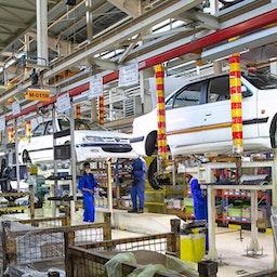 عمال يقومون بتجميع السيارات في خط إنتاج مصنع إيران خودرو في كرمنشاه، إيران، 16 يوليو/تموز 2020 (تصوير بهمن زاري عبر وكالة أنباء إرنا)