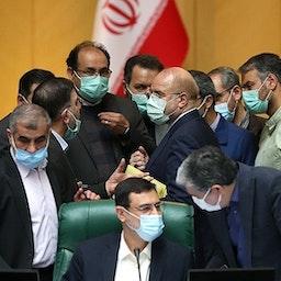 گروهی از قانونگذاران ایرانی در حال گفتگو بایکدیگر در جلسه مجلس. ایران، تهران،  ۲۶ اسفند ۱۳۹۹. (عکس از سیدمحمود حسینی از خبرگزاری تسنیم)
