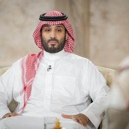 ولي العهد السعودي الأمير محمد بن سلمان يجلس في مقابلة مع التلفزيون الوطني السعودي في الرياض (بثت) في 27 أبريل/نيسان 2021 (المصدر: المجلس الملكي السعودي عبر غيتي إيماجز)