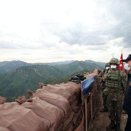 وزير الدفاع التركي خلوصي أكار يزور قاعدة عسكرية بالقرب من محافظة شرناق، تركيا. 1 مايو/ أيار 2021 (الصورة عبر غيتي إيماجز)