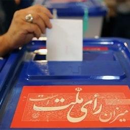 ناخب إيراني يدلي بصوته في مركز اقتراع خلال الانتخابات الرئاسية في طهران. 19 مايو/ أيار 2017 (تصوير محمد حسن زاده عبر وكالة تسنيم للأنباء)