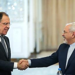 وزير الخارجية الإيراني محمد جواد ظريف (إلى اليمين) يصافح نظيره الروسي سيرغي لافروف في مؤتمر صحفي في طهران. 11 ديسمبر/ كانون الاول 2013 (عبر وكالة أنباء تسنيم)