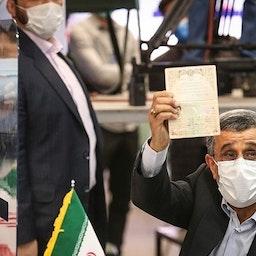 الرئيس الإيراني السابق محمود أحمدي نجاد يقدم أوراقه لخوض الانتخابات الرئاسية الشهر المقبل في مقر وزارة الداخلية في طهران. 12 مايو/ أيار 2021 (تصوير حسين زهرة وند عبر وكالة تسنيم للأنباء)