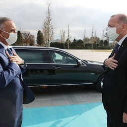 استقبال رئیس جمهور ترکیه، رجب طیب اردوغان (سمت راست) از نخست وزیر عراق، مصطفی الکاظمی در مجتمع ریاست جمهوری در آنکارا؛ ترکیه، ۲۷ آذر ۱۳۹۹/ ۱۷ دسامبر ۲۰۲۰. (عکس از گتی ایمیجز)