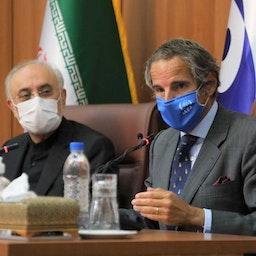 رئيس الوكالة الدولية للطاقة الذرية رافائيل غروسي في مؤتمر صحفي في طهران مع رئيس منظمة الطاقة الذرية الإيرانية علي أكبر صالحي. 25 أغسطس/آب 2020 (الصورة عبر موقع منظمة الطاقة الذرية لإيران)