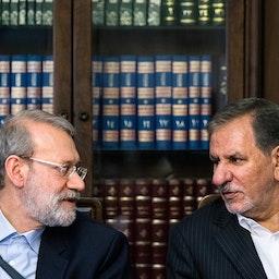 رئيس البرلمان الإيراني السابق علي لاريجاني والنائب الأول للرئيس إسحق جهانجيري في اجتماع في طهران. 14 أغسطس/آب 2018 (تصوير أمير خلوصي عبر وكالة أنباء الطلبة الإيرانية، إسنا)