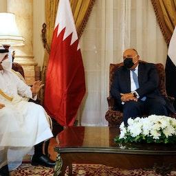 وزير الخارجية المصري سامح شكري (إلى اليمين) يلتقي بنائب رئيس الوزراء ووزير الخارجية القطري محمد بن عبد الرحمن بن جاسم آل ثاني في القاهرة، في 25 مايو/أيار 2021 (الصورة عبر غيتي إيماجز)