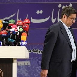 عبدالناصر همتی، رئیس سابق بانک مرکزی پس از ثبت نام برای انتخابات ریاستجمهوری ایران در حال ترک ستاد انتخابات در تهران. ۲۵ اردیبهشت ۱۴۰۰. (عکس از مهرداد مددی/ خبرگزاری تسنیم)