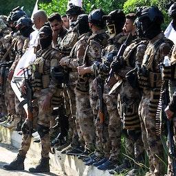 قوات الحشد الشعبي تقف في حراسة موكب جنائزي في بغداد، العراق. 26 أكتوبر/ تشرين الأول 2019 (الصورة عبر غيتي إيماجز)
