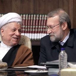 علي لاريجاني وأكبر هاشمي رفسنجاني في قمة في طهران في 29 ديسمبر/كانون الأول 2013. (الصورة لمحمد كازيبور عبر وكالة أنباء نسيم)