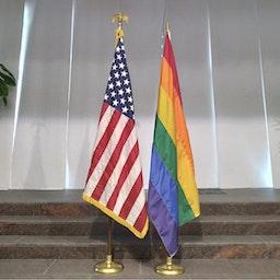 علم قوس القزح، المعروف بعلم فخر المثليين يرتفع إلى جانب العلم الأميركي داخل السفارة الأميركية في المنامة، البحرين في 2 يونيو/ حزيران 2021 (الصورة عبر تويتر/ السفارة الأميركية في المنامة)
