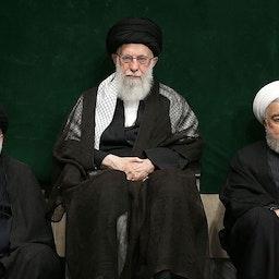 آیتالله علی خامنهای، رهبر ایران، در کنار رئیس جمهور حسن روحانی و ابراهیم رئیسی، رئیس وقت قوهی قضاییه؛ تهران، ۱۶ شهریور ۱۳۹۸. (عکس از وبسایت رهبر ایران)
