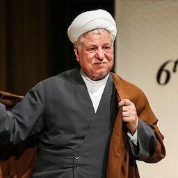 الرئيس الإيراني الراحل أكبر هاشمي رفسنجاني الذي تولى رئاسة الجمهورية لدورتين متتاليتين في قمة في طهران في 27 مايو/أيار 2015. (الصورة لحمد مالكبور عبر وكالة تسنيم للأنباء)