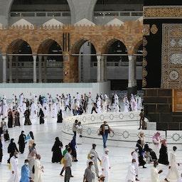 الحجاج يطوفون حول الكعبة المشرفة في مدينة مكة المكرمة وهي أقدس مزار إسلامي في 2 أغسطس/آب 2020. (الصورة عبر غيتي إيماجز)