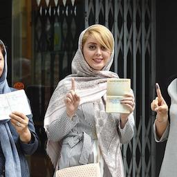 زنان ایرانی، پس از رأیدادن در انتخابات ریاستجمهوری؛ رشت، ایران، ۳۰ اردیبهشت ۱۳۹۶ (عکس از محمد رنجبر/ خبرگزاری تسنیم)