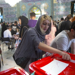 ایرانیان پای صندوقهای انتخابات ریاست جمهوری و شوراهای شهر و روستا؛ قم، ایران، ۲۹ اردیبهشت ۱۳۹۶ (عکس از گتی ایمیجز)