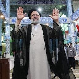 ابراهیم رئیسی رئیس جمهور منتخب پس از انداختن رأی خود در صندوق؛ تهران؛  ۲۸ خرداد ۱۴۰۰. (عکس از مقداد مددی/ خبرگزاری تسنیم)